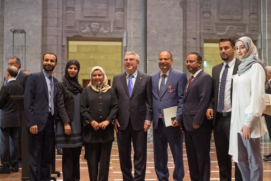 Abdulaziz Al-Mikhlafi, Generalsekretär der Ghorfa, dessen Familie, sowie Thomas Bach bei der Verleihung des Bundesverdienstkreuzes