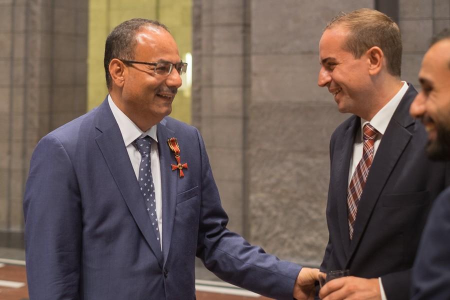 Abdulaziz Al-Mikhlafi, Generalsekretär der Ghorfa, bei der Verleihung des Bundesverdienstkreuzes