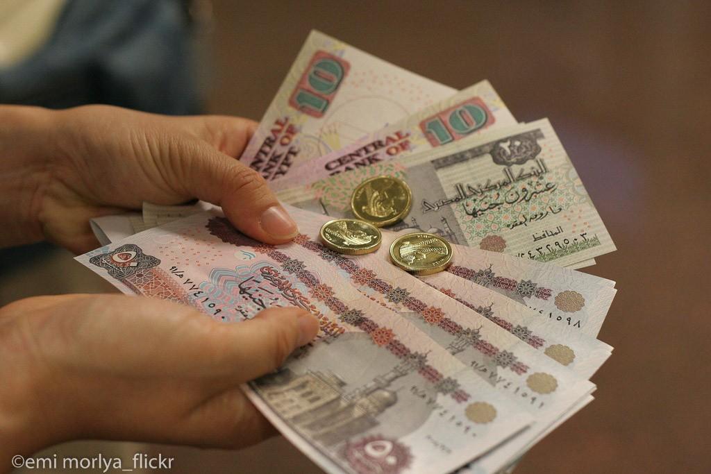 Zwei Hände halten ägyptische Pfund