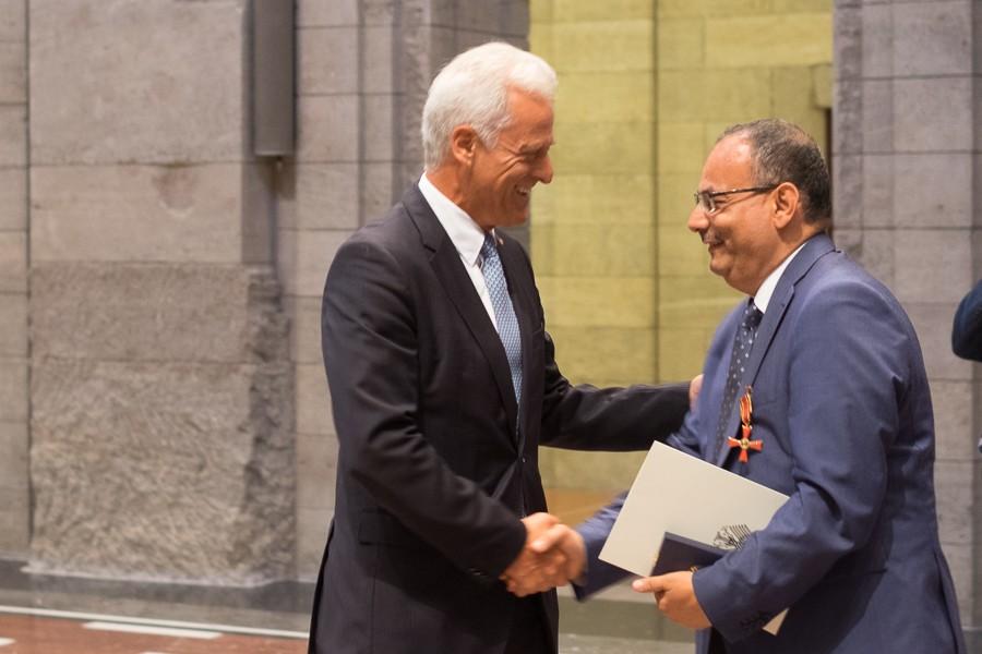 Peter Ramsauer gratuliert Abdulaziz Al-Mikhlafi, Generalsekretär der Ghorfa, bei der Verleihung des Bundesverdienstkreuzes
