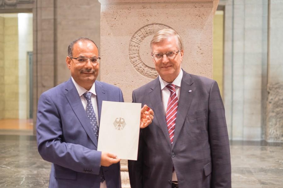 Abdulaziz Al-Mikhlafi, Generalsekretär der Ghorfa, und Hans Reckers, Staatssekretär im Berliner Senat, bei der Verleihung des Bundesverdienstkreuzes